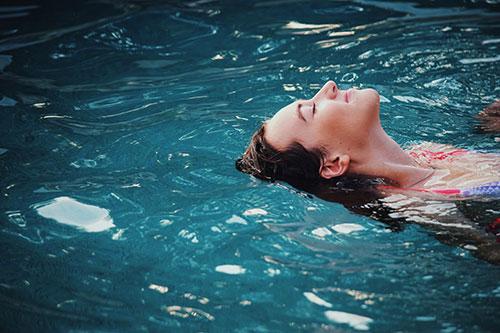 donna felice in acqua