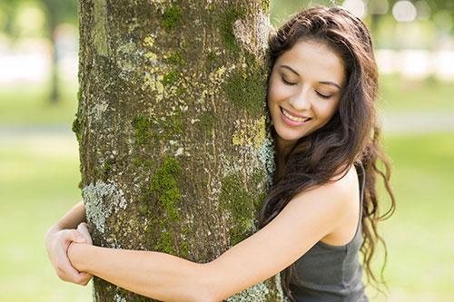 ragazza abbraccia albero