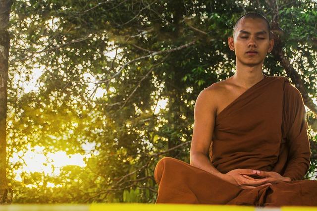 monaco buddista in meditazione